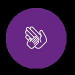 Logo d'une main d'enfant dans une main d'adulte sur un fond violet